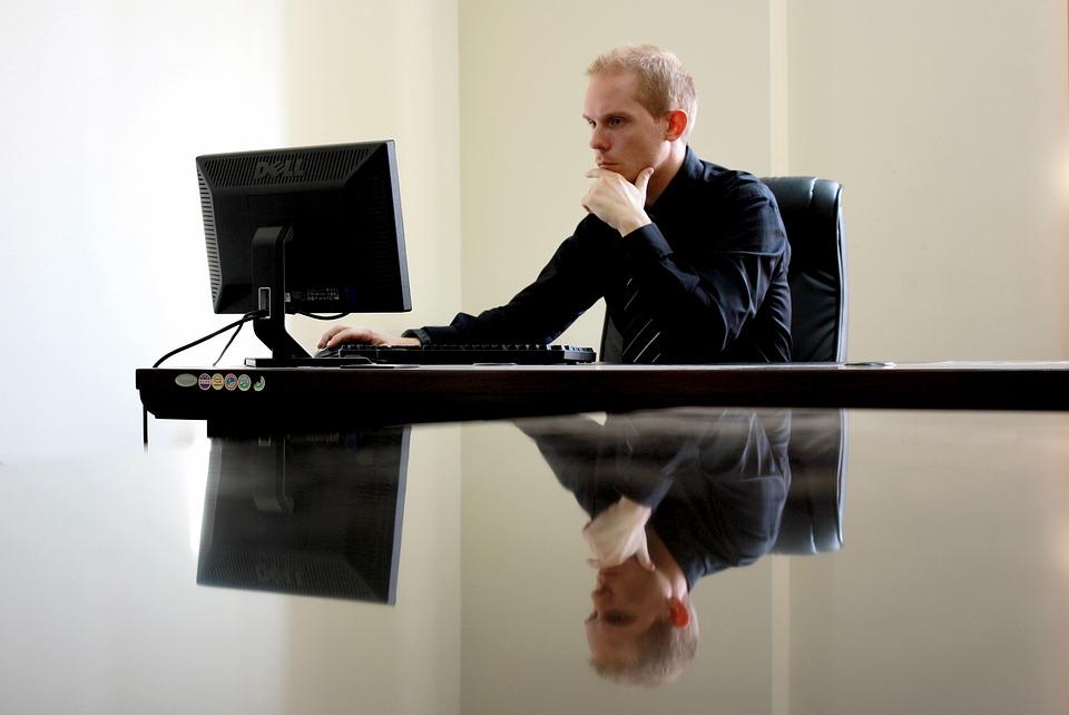 קידום עורכי דין - בגוגל או בפייסבוק?